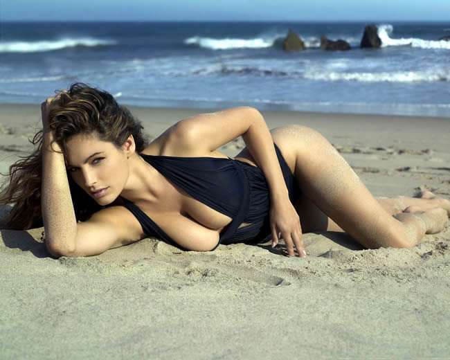 kelly_brook_on_the_beach